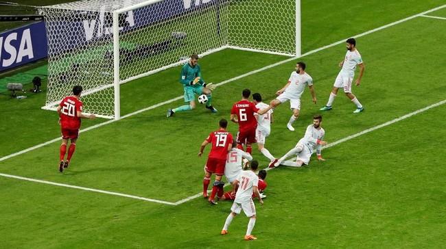 Iran sempat menyamakan kedudukan melaluiSaeid Ezatolahi, tetapi akhirnya dianulir. Setelah dilihat melalui VAR pemain Iran tampak terperangkap offside lebih dahulu sebelum gol terjadi. (REUTERS/John Sibley)