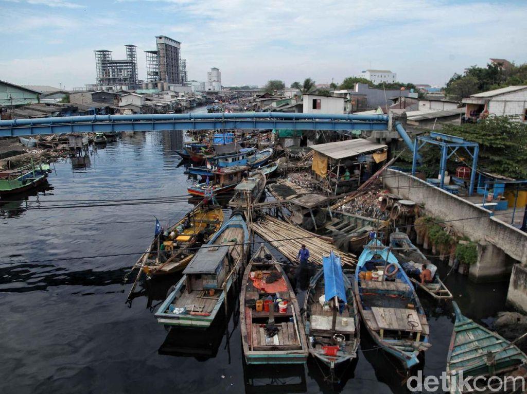 Selama libur lebaran kegiatan di Kampung Nelayan Cilincing ini tidak seefektif seperti hari biasanya. Karena tak sedikit nelayan yang memilih untuk merayakan lebaran dengan pulang ke kampung halaman atau beristirahat di rumah.