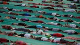 Sehari sebelum perayaan Hari Yoga Internasional 21 Juni, sejumlah masyarakat mempraktikkan yoga dalam sebuah kamp yang diadakan di Ahmedabad, India, Rabu (20/6).(REUTERS/Amit Dave)