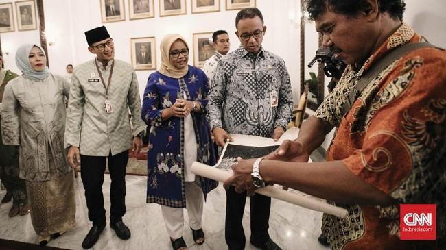 Gubernur DKI Jakarta Anies Baswedan dan Wakil Gubernur Sandiaga Uno menghadiri langsung acara halal bihalal di lingkungan Pemprov DKI Jakarta ini. (CNN Indonesia/Adhi Wicaksono)