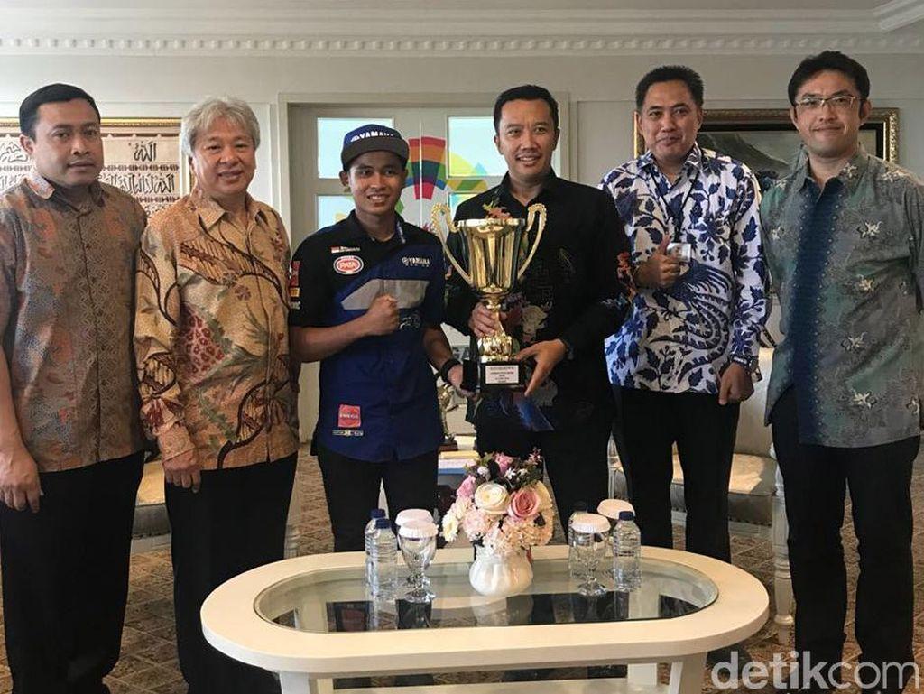 """Mendapat apresiasi dan dukungan dari pemerintah Indonesia membuat Galang Hendra semakin terpacu untuk memberikan prestasi terbaik di sisa balapan WSSP300. Terutama seri berikutnya di Sirkuit Misano Italia, semoga bisa meraih podium kembali. Hal ini sangat realistis mengingat saat balapan di Ceko kemarin motor Yamaha YZF-R3 tunggangannya sangat kompetitif dan Sirkuit Misano seperti """"Home Race"""" karena beberapa kali Galang dididik di Master Camp VR46 Academy dan selalu menjadi peserta terbaik."""
