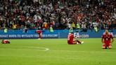 Perjuangan keras pemain Iran termasuk dengan bermain pragmatis akhirnya berujung kekalahan 0-1 dari Spanyol. Para pemain Iran tertunduk lesuk setelah usaha keras mereka berbuah kekalahan. (REUTERS/Toru Hanai)