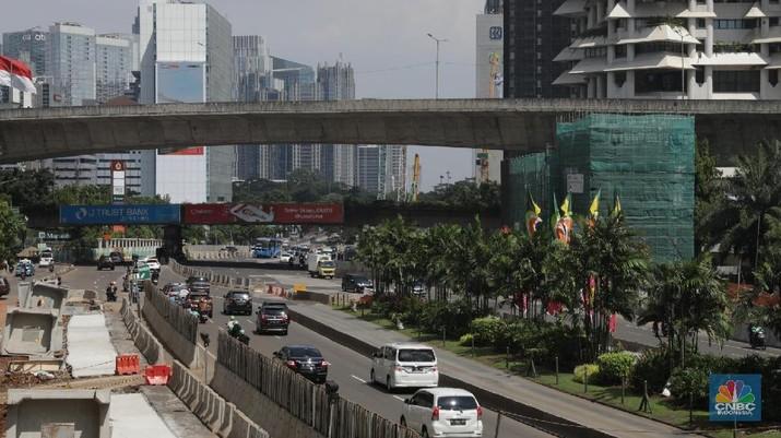 Pengendara mobil melintas di jalan Protokol Ibukota Thamrin-Sudirman, Jakarta, Kamis (21/6). Usai libur lebaran sejumlah ruas jalan Protokol mulai diberlakukan kembali aturan ganjil-genap. Hal itu diberlakukan usai sistem ganjil-genap tidak diberlakukan di Jalan Sudirman-Thamrin dan Jalan Gatot Subroto mulai tanggal 11-20 Juni 2018 kemarin. Menurut pantauan CNBC Indonesia meski sudah memasuki hari awal kerja PNS sejumlah ruas jalan tersebut masih terlihat ramai lancar. (CNBC Indonesia/Muhammad Sabki)