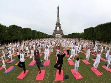 Ribuan Warga Serentak Mengikuti Hari Yoga Internasional