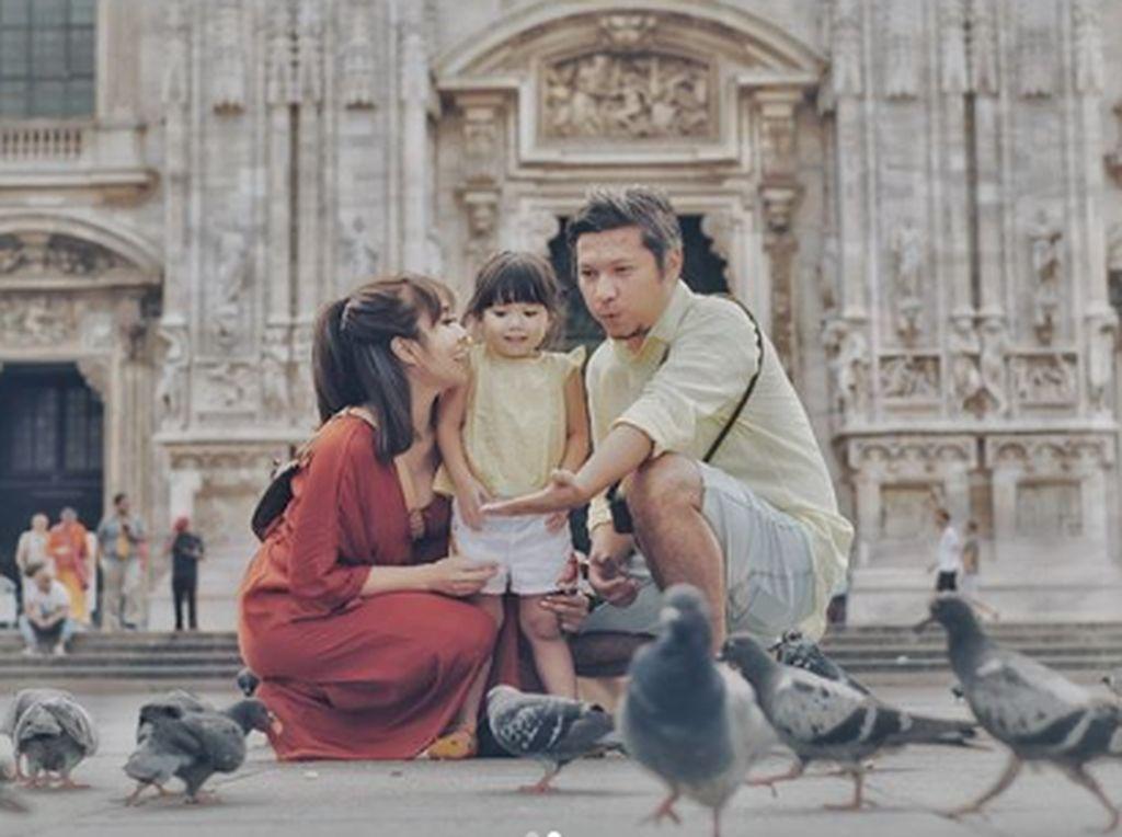 Gading Marten dan Gisel serta Gempi menghabiskan momen libur lebaran di Milan, Itali. Ketiganya tampak kompak dan happy kala berpose di depan Duomo di Milano. Foto: Dok. Instagram/gisel_la