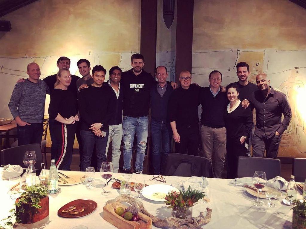 Pemain berkebangsaan Spanyol ini berfoto setelah menikmati makan malam bersama timnya. Foto: Instagram @3gerardpique