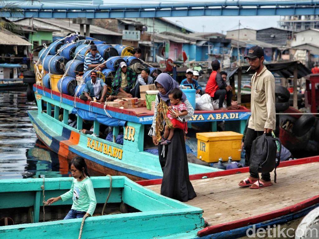 Momen libur lebaran dan sekolah menarik wisatawan datang berkunjung ke Kampung Nelayan Cilincing. Para nelayan menawarkan wisata bahari kepada para pengunjung yang ingin merasakan naik kapal nelayan dan melihat Jakarta dari tengah laut.