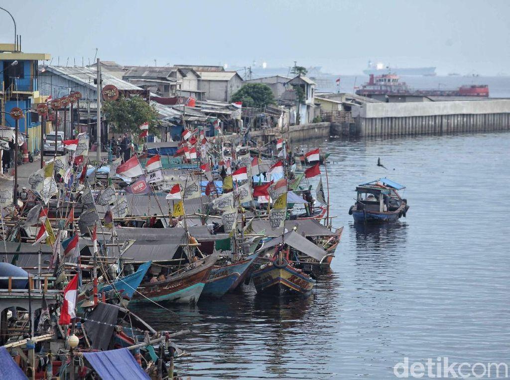 Selama libur lebaran itu kapal-kapal milik para nelayan diparkirkan di pinggir pembatas jalan saat nelayan itu tak beraktivitas di laut.