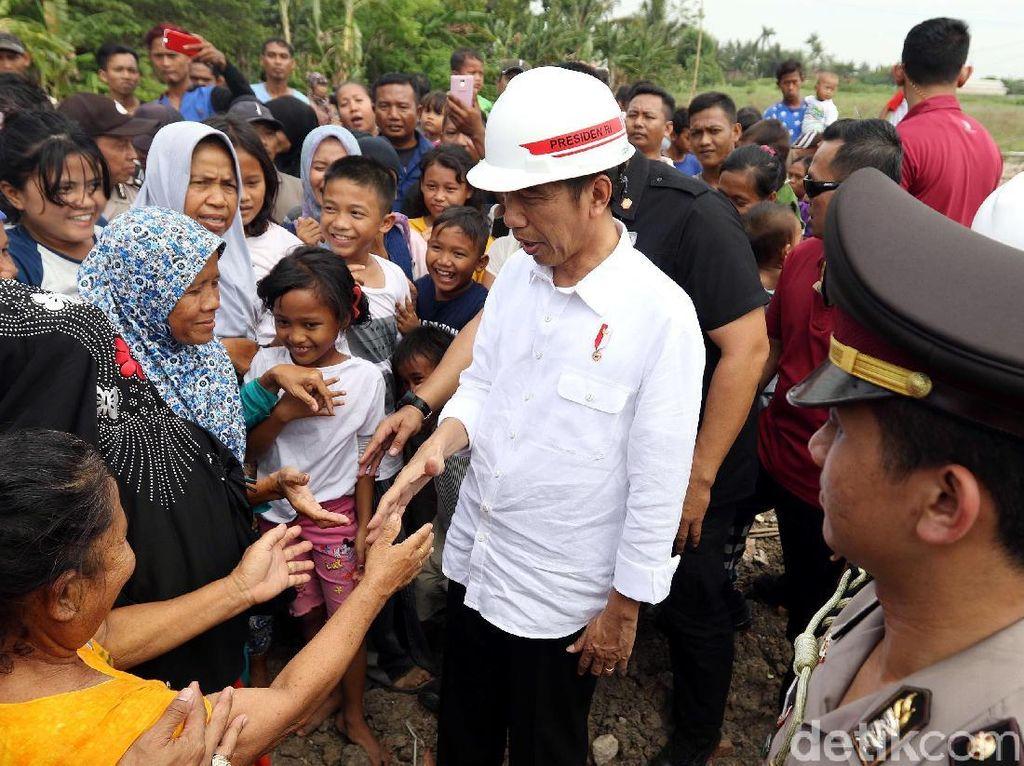 Jokowi sempat menyapa warga di sekitar bandara.