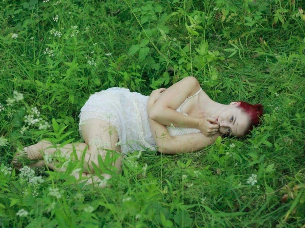 Awalnya hanya potret wanita di rerumputan. Foto: Brightside