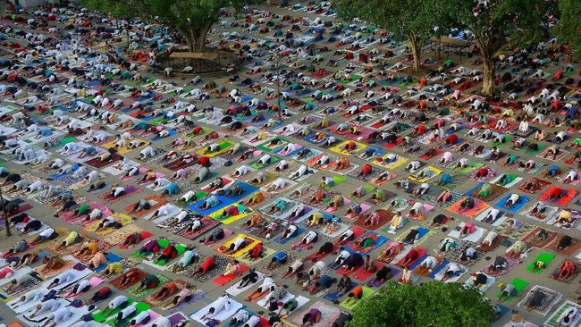 Masyarakat berkumpul dalam sebuah sesi yoga di Chandigarh, India, pada perayaan jelang Hari Yoga Internasional, Selasa (19/6). (REUTERS/Ajay Verma)