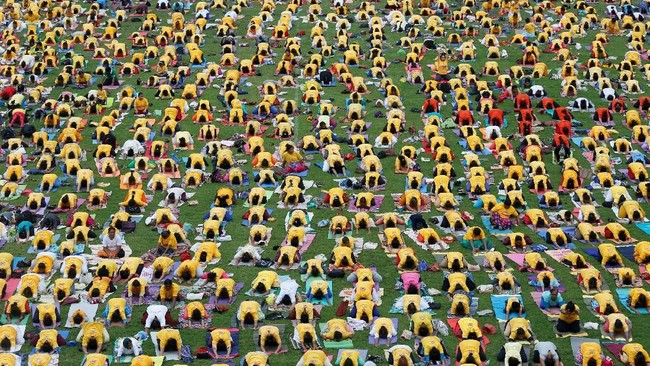 Puncak perayaan Hari Yoga Internasional diselenggarakan dengan yoga bersama di sebuah stadion di Bengaluru, India, Kamis (21/6). (REUTERS/ Abhishek N. Chinnappa)