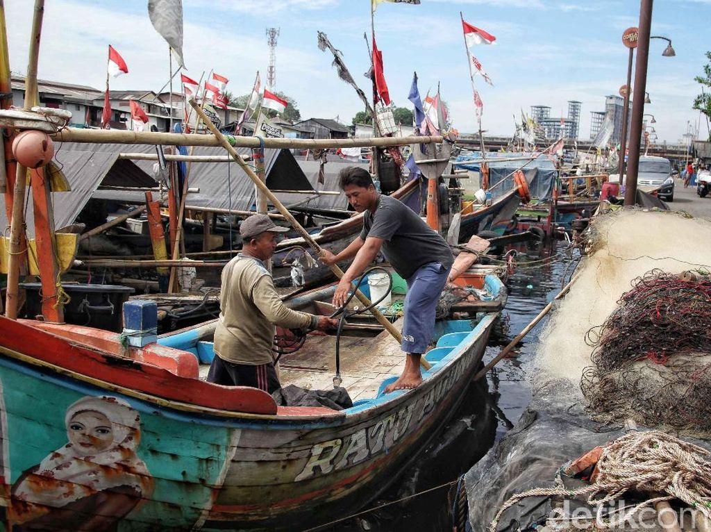 Sejumlah nelayan kembali beraktivitas di Kampung Nelayan Cilincing, Jakarta Utara, Kamis (21/6/2018).