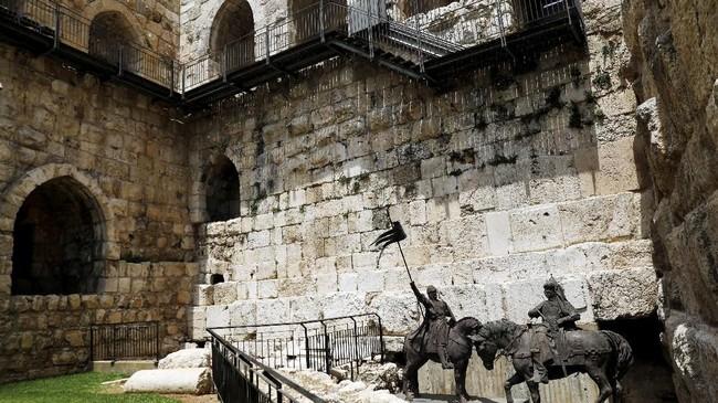 Di salah satu sudut jalan di Yerusalem misalnya, berdiri patung Raja Richard I saat sedang bertarung dengan pemimpin Muslim, Saladin. (Reuters/Ronen Zvulun)