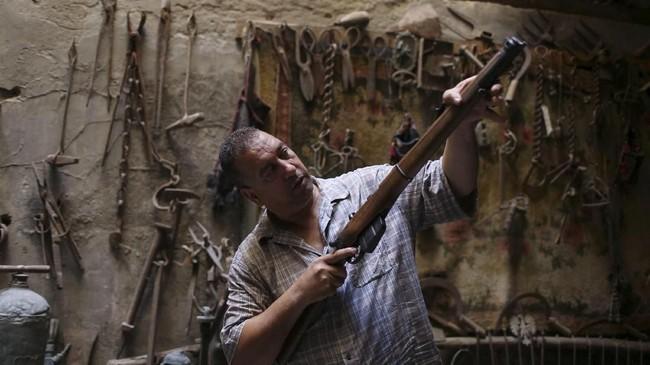 Tak hanya arsitektur, Inggris juga meninggalkan jejak dengan senjata-senjata yang hingga kini masih tersimpan di Jalur Gaza. (Reuters/Ibraheem Abu Mustafa)