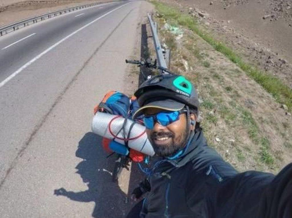 Gokil! Pria Ini Gowes dari India ke Rusia demi Bertemu Messi