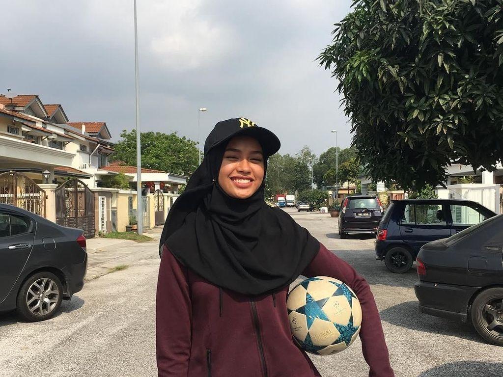 Wih Keren! Qhouirunnisa, Hijaber Cantik yang Jago Juggling Bola