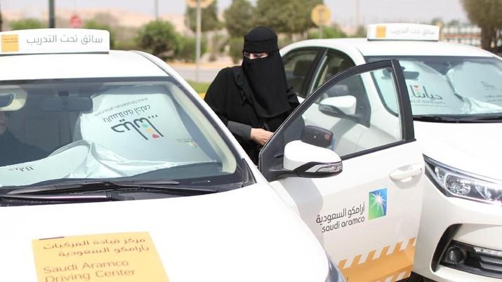 Perempuan-perempuan Arab Saudi akan resmi diperbolehkan menyetir untuk pertama kalinya hari Minggu (24/6/2018).