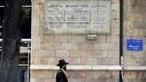 Sebuah plakat besar yang didedikasikan untuk Raja George V terpampang di salah satu jalan besar di Yerusalem. (Reuters/Ronen Zvulun)