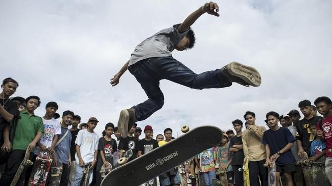 Seorang remaja menunjukkan keahliannya berseluncur dalam perayaan hari Go Skateoarding di Manila, Filipina. (AFP/Noel Celis)