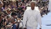 Mengambil rentang koleksi busana yang luas, Abloh menghadirkan koleksi yang beragam juga wearable, dari mulai dominasi baju olahraga aneka warna, outerwear, aksesori, tas dan sepatu trendi, yang menjanjikan untuk diincar publik dan pencinta mode. (REUTERS/Charles Platiau)
