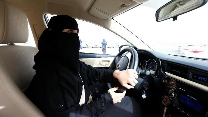Pencabutan larangan mengemudi itu diperintahkan pada bulan September lalu oleh Raja Salman.