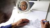 Penulis dan ilustrator Inggris, Judith Kerr, berpose di rumahny saat merayakan ulang tahunnya ke-95. Buku karyanya yang berjudul