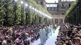 Bertempat di taman Palais-Royale, Paris, desainer Virgil Abloh membuat gebrakan besar dalam kariernya di industri mode, saat menunjukkan koleksi pertamanya untuk Louis Vuitton di pekan mode Paris, Kamis (21/6). (REUTERS/Charles Platiau)