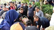 Ridwan Kamil Pimpin Salat Jenazah Ginan Vokalis Jeruji