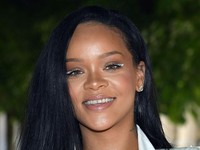 Pakai Eyeliner Putih, Rihanna Curi Perhatian di Fashion Show Louis Vuitton