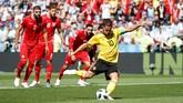 Eden Hazard dengan tenang mengeksekusi penalti dan membawa Belgia unggul 1-0 lebih dulu. (REUTERS/Christian Hartmann)
