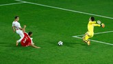 Xherdan Shaqiri mencetak gol ke gawang Swiss dan mengubah skor menjadi 2-1 untuk keunggulan timnya atas Serbia. Ia menerima umpan langsung Gavranovic dari tengah area pertahanan Swiss. (REUTERS/Fabrizio Bensch)