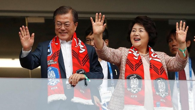 Presiden Korea Selatan Moon Jae-in datang ke Rostov Arena bersamasang istri Kim Jung-sook untuk menyaksikan timnya melawan Meksiko di Piala Dunia 2018.(REUTERS/Damir Sagolj)
