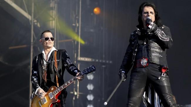 Penampil utama tahun ini salah satunya adalah Hollywood Vampires, band yang digawangi Johnny Depp bersama Alice Cooper. (REUTERS/Stephane Mahe)