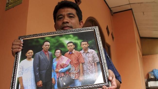 Ledikson Nainggolan (kedua dari kiri)salah satu korban tenggelamnya KM Sinar Bangun yang hingga kini belum berhasil ditemukan. (dok. ANTARA FOTO/Risky Andrianto)