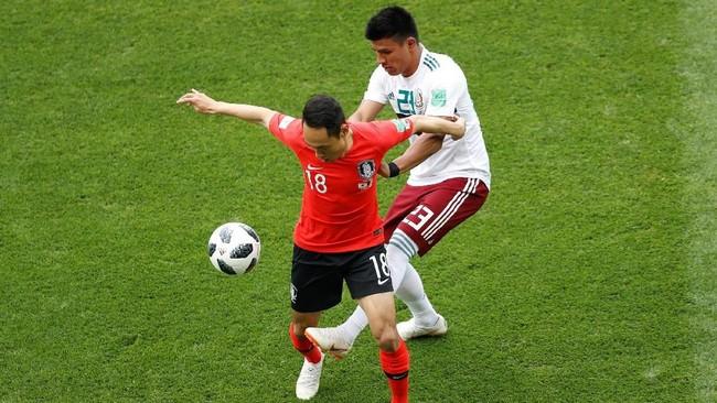 Winger Korea Selatan Moon Seon-min (kiri) berduel denga Jesus Gallardo. Pertandingan ini merupakan laga ke-33 bagi Korea Selatan di Piala Dunia, sedangkanuntuk Meksiko merupakan laga ke-55. (REUTERS/Darren Staples)