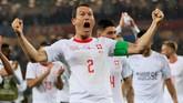 Bek sayap dan kapten timnas SwissStephan Lichtsteiner berteriak histeris merayakan kemenangan timnya atas Serbia. (REUTERS/Gonzalo Fuentes)