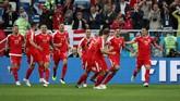 Para penggawa Serbia merayakan gol cepat Aleksandar Mitrovic ke gawang Swiss. Ia sudah mencetak 18 gol dari 26 penampilan membela negaranya di laga internasional. (REUTERS/Ricardo Moraes)