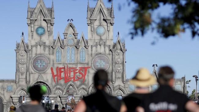 Pencinta musik keras seperti rock, punk dan heavy metal bisa berpesta di Hellfest, festival musik metal terbesar di Eropa. (REUTERS/Stephane Mahe)
