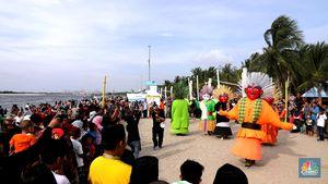 HUT Jakarta ke-491, Puluhan Ondel-Ondel Main di Pantai