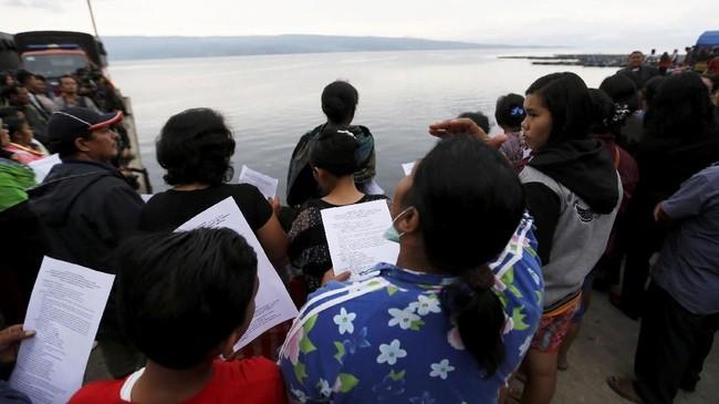 Keluarga penumpang KM Sinar Bangun menggelar doa bersama untuk korban yang masih belum ditemukan. (dok.REUTERS/Beawiharta)