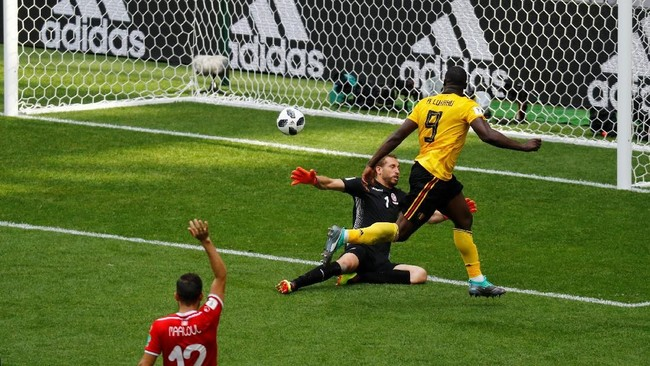 Belgia yang bermain menyerang menambah keunggulan di menit ke-16 lewat Romelu Lukaku. Menerima umpan terobosan Dries Mertens, Lukaku melepaskan tendangan diagonal ke pojok kiri gawang. (REUTERS/Kai Pfaffenbach)