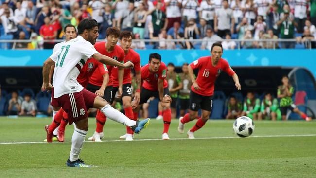 Carlos Vela mencetak gol yang membawa Meksiko unggul 1-0 atas Korea Selatan pada menit ke-26. Itu merupakan gol penalti pertama Velauntuk timnas Meksiko.(REUTERS/Marko Djurica)