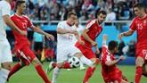 UpayaXherdan Shaqiri melewati para pemain Serbia Nemanja Matic, Luka Milivojevic dan Nikola Milenkovic. Shaqiri cukup merepotkan Serbia pada babak kedua. (REUTERS/Mariana Bazo)