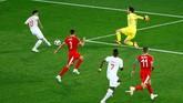 Pemain pengganti Swiss Mario Gavranovic nyaris mencetak gol ke gawang Serbia. Masuknya Gavranovic menggantikan Haris Seferovic menambah daya variasi serangan Swiss di babak kedua. (REUTERS/Fabrizio Bensch)