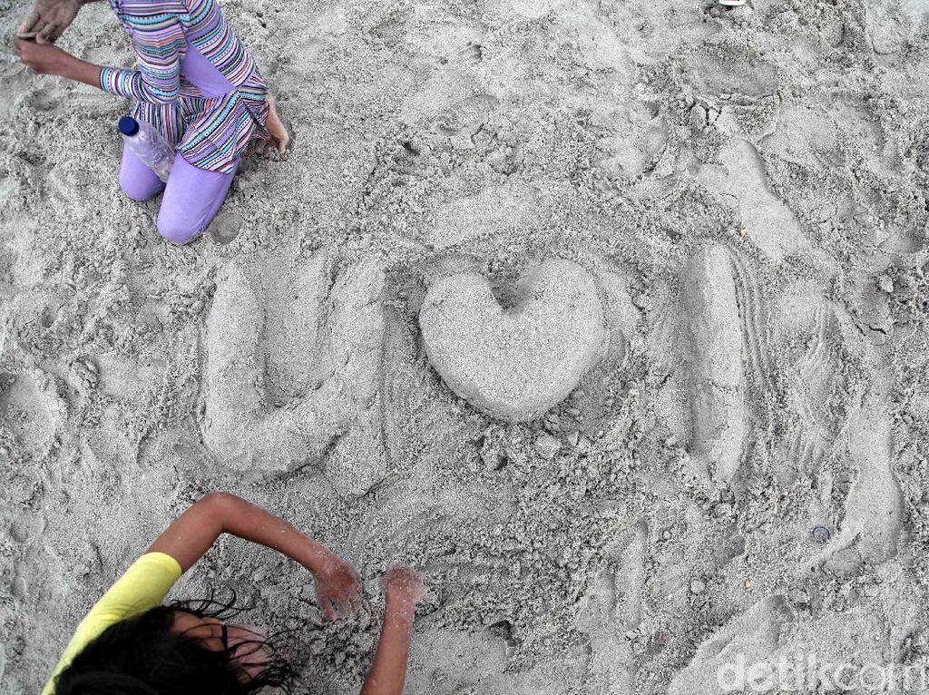 Pengunjung asyik bermain pasir.