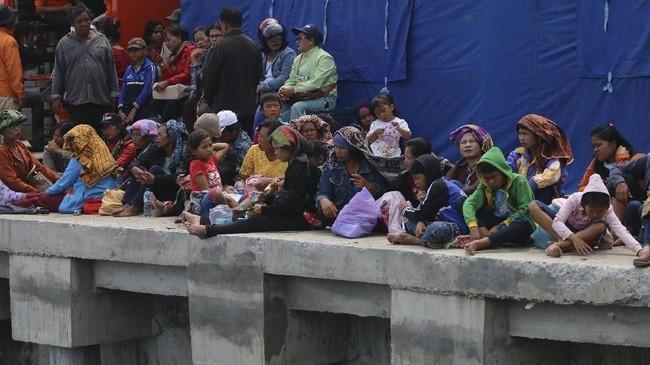 Ratusan keluarga penumpang KM Sinar terus berdatangan guna mendapatkan informasi hasil pencarian oleh tim Basarnas. (dok. ANTARA FOTO/Irsan Mulyadi)