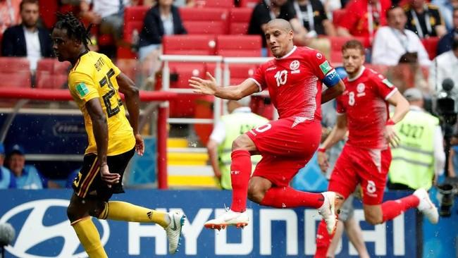 Dalam posisi tertinggal dengan selisih dua gol, Tunisia terus menambah intensitas permainan dan coba membobol gawang Belgia. Kapten Wahbi Khazri menjadi sosok sentral dalam serangan-serangan Tunisia. (REUTERS/Grigory Dukor)