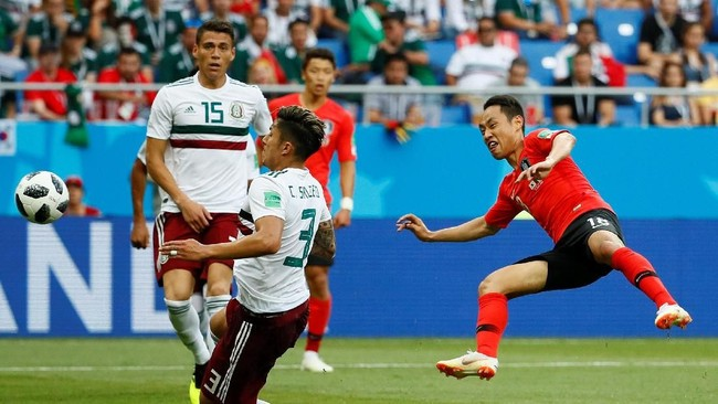 Winger Korea Selatan Moon Seon-min menembakkan bola ke gawang Meksiko. Dalam laga melawan Meksiko, Korea Selatan melakukan delapantembakan ke gawanglawan di babak pertama.(REUTERS/Jason Cairnduff