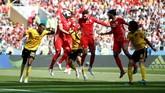 Tertinggal 0-2 tak membuat Tunisia menyerah. Mereka bahkan terus menggedor lini pertahanan Belgia untuk mencari celah. Tandukan Dylan Bronn di menit ke-18 akhirnya membuat Tunisia memperkecil ketinggalan. (REUTERS/Carl Recine)